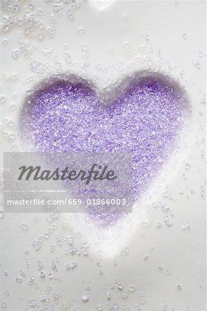 Sucre violet dans le moule de biscuits en forme de coeur