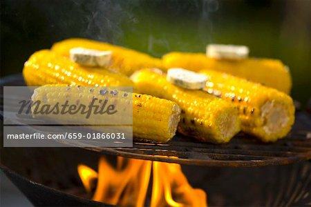 Maïs en épi avec beurre aux fines herbes sur le barbecue