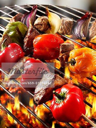 Brochettes de viande et le poivre sur le barbecue