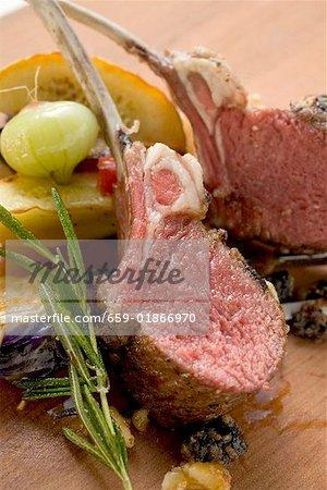 Côtelettes d'agneau au romarin et légumes