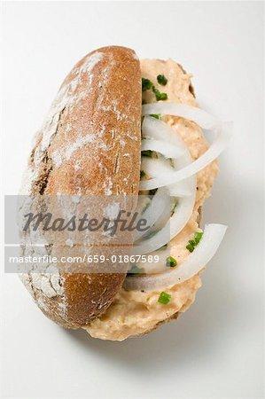 Brötchen gefüllt mit Obatzter (Camembert zu verbreiten) & Zwiebeln