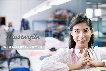 Portrait d'une femme mode concepteur dans l'industrie textile et souriante