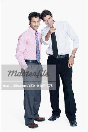 Deux hommes d'affaires rassemblés et souriant