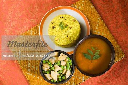 High Angle View of Pulao in einem Teller mit Schale von Currys
