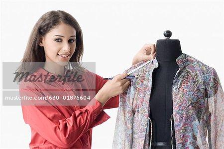 Portrait d'un créateur de mode féminin le manche d'une chemise de mesure