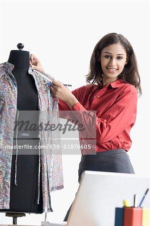 Portrait d'un créateur de mode féminin mesurer la longueur de la toile