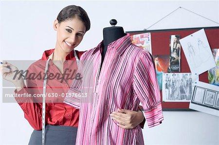Portrait d'un créateur de mode féminin debout avec un mannequin