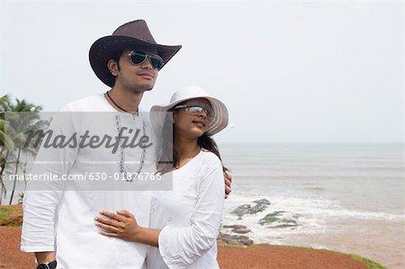 Gros plan d'un statut de jeune couple sur la plage