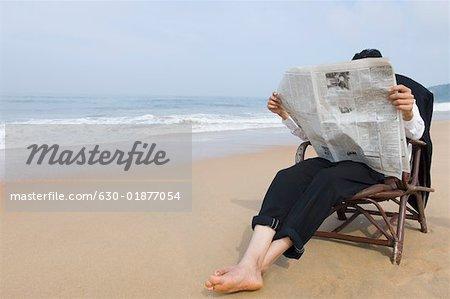 Homme D Affaires Assis Dans Un Fauteuil Et Lire Un Journal Sur La