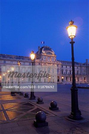 Le Musée du Louvre, nuit, Paris, France