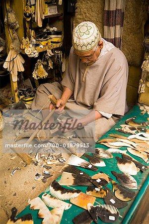 Artisan fabrication de peignes de cornes de vache, médina de Fès, Maroc