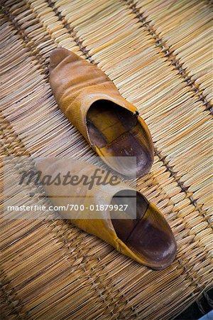Chaussures sur le tapis