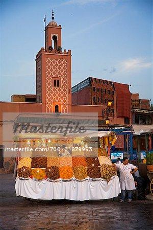 Vendeur ambulant dans la place Jemaa El Fna, la médina de Marrakech, Maroc