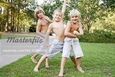 Jungs spielen im freien