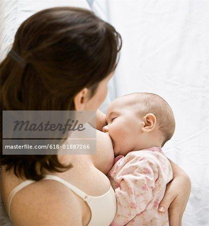Mutter Stillen Baby Girl (3 6 Monate) im Bett, erhöhte Ansicht, Nahaufnahme