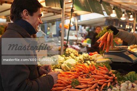Homme au marché, Paris, France