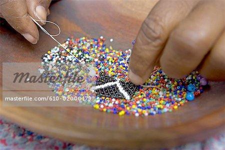 Afrique du Sud, Zululand, près de Santa Lucia Park, centre de l'artisanat zoulou, fabrication de bijoux de perles