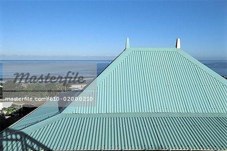 Réunion, toit d'une maison au bord de mer