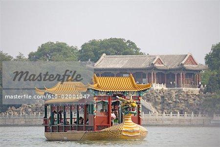 Chine, Beijing, Palais d'Eté « Yiheyuan », bateau-dragon sur le lac Kunming