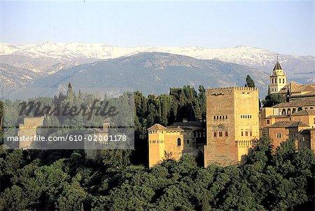 Espagne, Andalousie, Grenade, vue d'ensemble sur les remparts, l'Alhambra et la Sierra Nevada montagnes à l'arrière