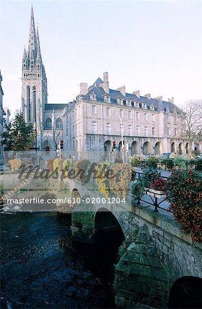 France, Bretagne, Quimper, pont sur la rivière de l'Odet et la cathédrale
