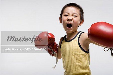 ein Junge üben Boxen