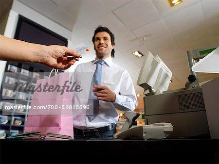 Main de la femme paiement caisse avec carte de crédit