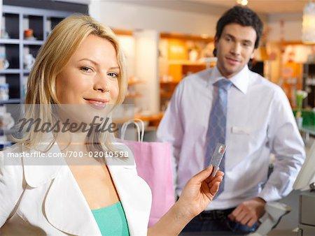 Femme paiement caisse avec carte de crédit