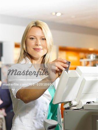 Femme tirant carte dans la Machine de débit