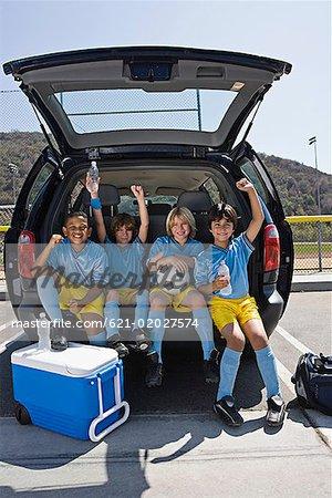 Équipe de football des garçons en voiture