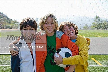 Lächelnd hält Fußball Jungs