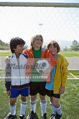 Lächelnden jungen mit Fußball