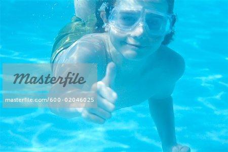 Garçon nage sous l'eau, Riviera Maya, Mexique