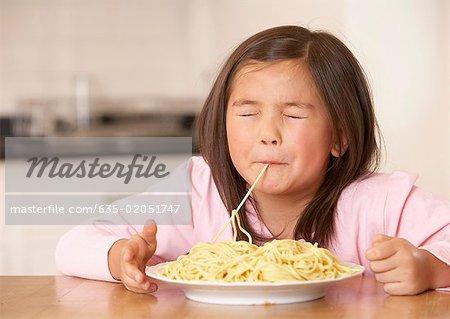 Junges Mädchen in der Küche Essen Spaghetti Nudeln