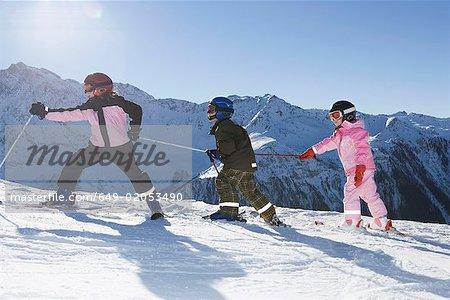 Kinder zu Fuß auf Piste mit Skiern
