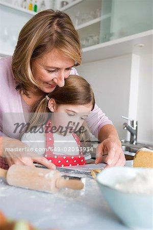 Mère et fille, préparer la pâte