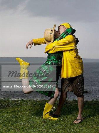 Couple baisers et caresses sous la pluie