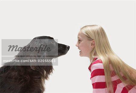 Portrait de jeune fille regardant chien