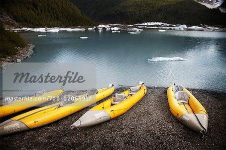 Kajaks am Ufer des Gletschersee Valdez, Alaska, USA