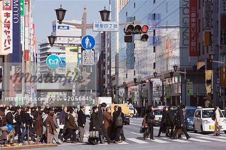 Piétons traversant la rue, quartier de Ginza, Tokyo, Japon