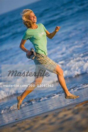 Frau am Strand, Long Beach, Kalifornien, USA
