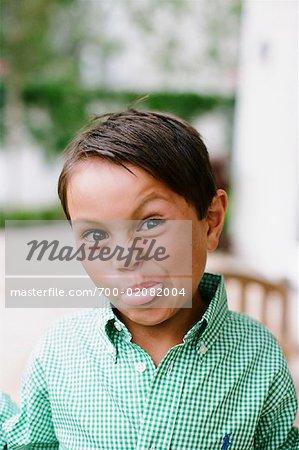 Portrait de garçon sortant Tongue