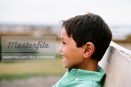 Close-up Portrait de garçon assis sur un banc