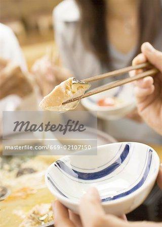 Les jeunes de manger une chaudrée de Style Japonais