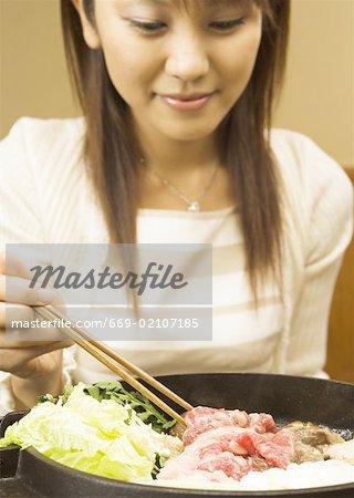 Femme mangeant Sukiyaki