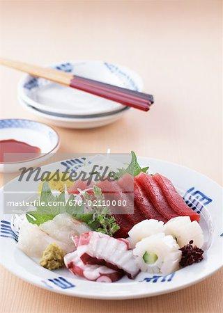 Chopstickes et sashim assorti