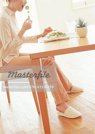 Femme en train de déjeuner