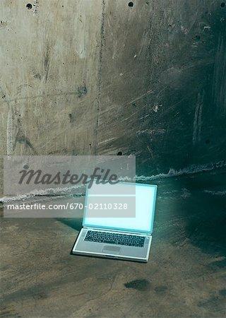 Ordinateur portable sur le plancher