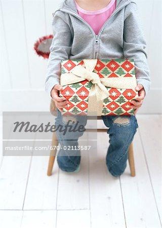 Enfant tenant un cadeau de Noël