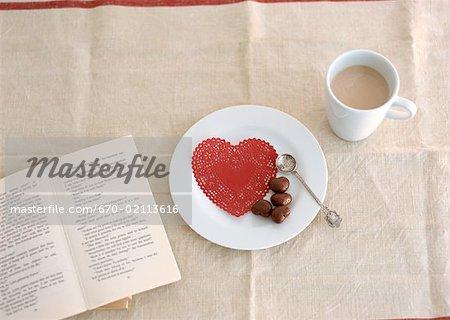 Café et chocolats en forme de coeur